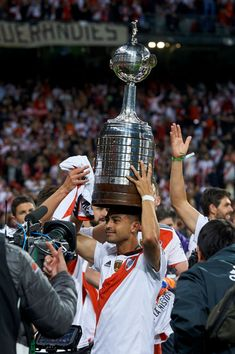 Gonzalo Martinez of River Plate celebrates with the trophy at the end. Escudo River Plate, Sports Images, First Time, Madrid, Surfing, Thing 1, Plates, Carp, Celebrities