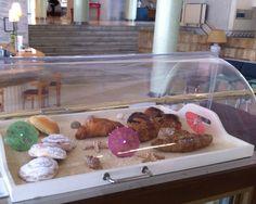 Con este apetitoso desayuno hemos 'amanecido' hoy en #Cádiz. Caracolas, ensaimadas, croissants y muchos tipos de bollería para empezar el viernes con fuerza y comenzar el fin de semana con las pilas 'a tope'.