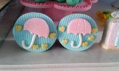 Cupcake guarda chuva para festa chuva de amor.