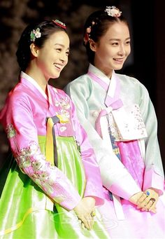 Jang Ok-jung, Living by Love, 인현왕후 민씨] ♥ Kim Tae Hee (as Ok-jung) and Hong Soo-hyun (as Queen Inhyeon) ♥ in #hanbok (2013 #Kdrama #CostumeDrama)