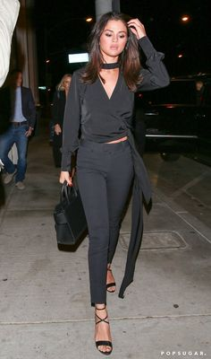 If there's one thing to take note of when you're analyzing Selena Gomez's street style, it's her ability to accessorize with practicality in mind. Selena Gomez Trajes, Selena Gomez Outfits, Selena Gomez Style, Selena Selena, Selena Gomez The Weeknd, It Bag, Kardashian, Celebrity Outfits, Celebrity Style