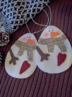 Primitive Snowman Ornaments by LookHappyShop Felt Snowman, Snowman Crafts, Christmas Projects, Felt Crafts, Holiday Crafts, Snowmen, Felt Christmas Ornaments, Noel Christmas, Snowman Ornaments