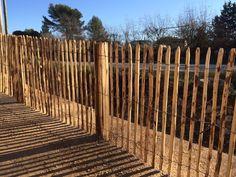 Ganivelles en châtaignier , bois extérieur , échalas , clôture de jardin potager, dune