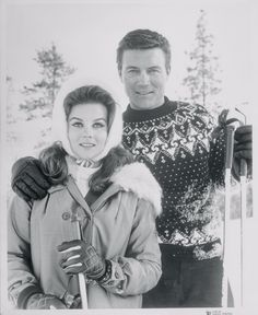 Ann Margret and Roger Smith. Roger gave Ann-Margret a five-carat diamond engagement ring in 1966 on a horse-drawn carriage in Central Park, and they married on May 1967 at the Riviera in Las Vegas. Movie Couples, Famous Couples, Famous Movies, Famous Faces, Classic Hollywood, Old Hollywood, Ann Margret Photos, Ann Sothern, Celebrity Weddings