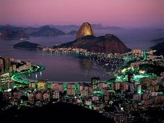 Algumas cidades simplesmente mudam de forma e de atitude ao cair da noite. Conheça algumas das mais belas cidades do mundo à noite.