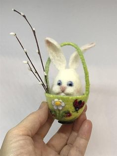 Needle felted egg. Spring ornament. The hight is 4 (10 cm).