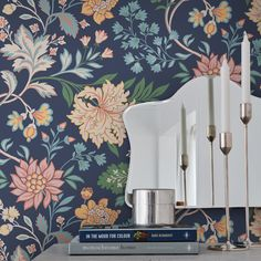 Un papier peint floral, BorasTapeter Fabric Wallpaper, Pattern Wallpaper, Wallpaper Ideas, Art Nouveau, Apartment Projects, Motif Floral, Farrow Ball, Nordic Design, Interior Paint