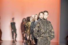 Grife mineira conhecida por seu trabalhodelicado em tricô, a GIG Couture apresentou coleção na SPFW N43 com influências urbanas associadas a moda street e retrô. As peças tendências para o Inverno 2017 trouxeramplissados, macacões, calças joggers combinadas com croppeds de manga bufante, vestidos mídi mixados a jaquetas de modelo ski vintage e leggings de cintura alta.  DesfileGiG Couture SPFW N43 As estampas exclusivas daGiG Couture SPFW N43 surgem do trabalho artesanal e trazem pontos…