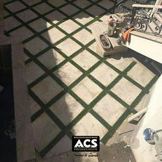 Colocación  de huellas de cantera con pasto artificial en área de alberca/patio interior. Proyecto elaborado por SED ejecución por ACS.
