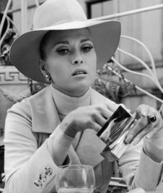 Hello, haven't we seen Faye Dunaway before on this board? Well she's looking very chic in costume designer  Thedora Van Runkle's creation in the 1968 film The Thomas Crown Affair.