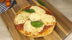Forma una cotoletta gigante e la condisce come se fosse una pizza.