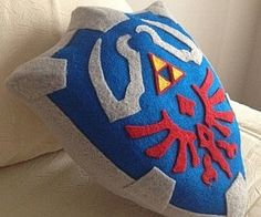 The Legend of Zelda Hylian Shield pillow. Ohhhhh I would just sit and squeeze this while I played zelda The Legend Of Zelda, Geek Crafts, Diy Crafts, Party Crafts, Moda Geek, Deco Gamer, Geek Home Decor, Nerd Decor, Diy Décoration