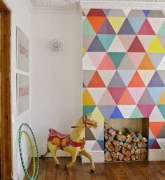 Hoy quería compartir contigo algunas ideas geniales para decorar las paredes de tu casa con triángulos. Los hay grandes, pequeños, en pasteles y palcolor, equiláteros, isósceles y escalenos (algún cuadrilátero se me ha colado en la séptima foto), para los que adoran el estilo nórdico y aquellos que mueren por una pared rebosante de color …