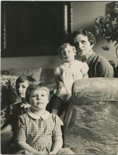 Regina Elena of Romania with grandaughters Margareta, Elena and Irina Romanian Royal Family, Greek Royal Family, King George I, Grand Duchess Olga, Young Prince, Important People, Rich Kids, Blue Bloods, Rare Pictures