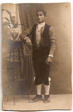 """Retrat de Juan Bonfill """"Batina"""" de Remolins, Tortosa. Amb el vestit de lo caco. Quan s'arribava a la majoria d'edat es solia fer aquest tipus de fotografies amb les espardenyes, les calces, els saragüells, la faixa, la camisa blanca, l'armilla i el minguet."""