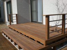 天然木のウッドデッキを施工する際、施工価格はどのくらいかかるのでしょうか?また素材はどのように選んだら良いのでしょうか?耐久性・加工性・メンテナンスなどの観点から、様々な種類の木の特色をみてみましょう。素材の違いによる価格比較や、ウッドデッキリフォームの費用の相場についても説明します。 Deck, Outdoor Decor, Home Decor, Decoration Home, Room Decor, Front Porches, Home Interior Design, Decks, Decoration