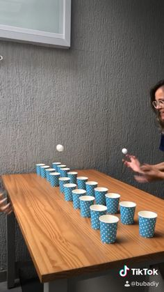 Activities to do with children at home - A simple game that just needs a cup and a ball, are 3 cool options for you! Fun Christmas Party Games, Family Party Games, Xmas Games, Fun Party Games, Holiday Games, Adult Party Games, Family Game Night, Indoor Party Games, Thanksgiving Games