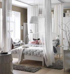Baldaquin royalSi faute de place, le lit est dans la pièce à vivre, isolez le avec des voilages blancs et des rideaux gris plus épais pour vous isoler dans un vrai havre de paix.