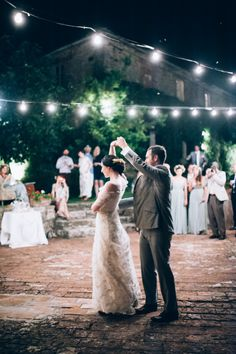 The first dance of the bride and groom from a rustic wedding in Tuscany | Photography by http://www.lisapoggi.com/