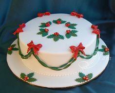 Simple and classic Christmas Themed Cake, Christmas Cake Designs, Christmas Cupcakes Decoration, Dessert Decoration, Christmas Treats, Christmas Baking, Christmas Cakes, Chocolate Caramel Cake, Xmas Desserts