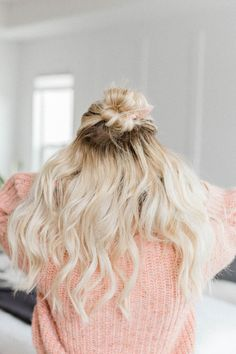Most women are guilty of these 14 common mistakes while curling our hair. Learn how to protect your hair, set curls and make them last for days! Natural Hair Tutorials, Natural Hair Styles, Long Hair Styles, Curling Wand Tips, Curling Iron, Hair Curling Techniques, Heatless Curls, Natural Hair Regimen, Hair Supplies