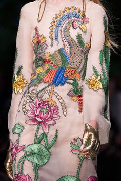 forlikeminded: Gucci - Milan Fashion Week / Spring 2016 - rich figured textiles or richly embroidered plain fabrics Moda Fashion, Fashion Art, High Fashion, Fashion Show, Womens Fashion, Fashion Design, Fashion Textiles, 90s Fashion, Gucci Fashion