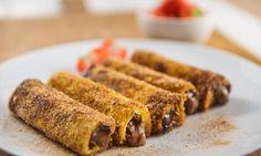 French toast roll ups – eller arme ridder-ruller – er den kule søsteren til french toast og arme riddere. Du kommer garantert til å bli hekta! Pudding Desserts, French Toast, Bacon, Roll Ups, Snacks, Breakfast, Smoothie, Decoration, Tips