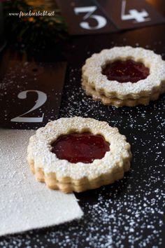 Ich verrate euch auf meinem Blog Frisch Verliebt ein einfaches Rezept für leckere Vanille Plätzchen mit Himbeeren Füllung. So yummy!