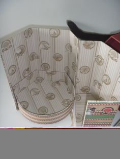 Caixa de panetone aberta #cartonagemprojetada #cartonnage #cartonagem #annajankovcreativepapers #dublefacepaper #annajankov