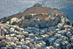 The Castle of Chora from above! (photo: www. Places In Greece, Gentlemens Guide, Greek Isles, Acropolis, Ancient Greece, Best Funny Pictures, Croatia, Belgium, Egypt