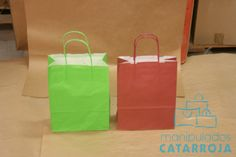 Bolsas de papel efímeras con el asa retorcida de color.