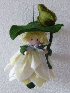 Lily pad doll with frog Christmas Crafts For Adults, Homemade Christmas Decorations, Christmas Angels, Felt Ornaments, Christmas Ornaments, Felt Gifts, Felt Baby, Tiny Dolls, Flower Fairies