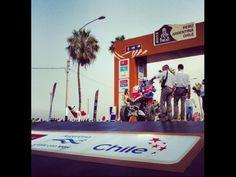 La partida simbólica:   Las cuatrimotos fueron las primeras en pasar por el podio en Chorrillos. | Fuente: Pública | Twitter Dakar