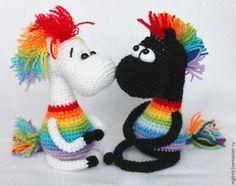 Вся прелесть этой игрушки в оформлении. Поэтому — вяжите и фантазируйте! Ваши радужные кони могут быть какими угодно! Материалы пряжа любая основного цвета, по чуть-чуть всех цветов радуги и чёрного либо коричневого для копыт.