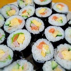 """我が家の面々は""""キュウリ嫌い""""やら""""魚肉ソーセージ嫌い""""やら""""マヨネーズ嫌い""""やらワガママな好みが多いので、それぞれの嫌いな物を抜いた色んなパターンでのサラダ巻きを作ります。節分は明日ですが、旦那が明日は夕食要らないから1日早く節分メニューを食べました♪ - 11件のもぐもぐ - 我が家の恵方巻き by berriesBerry"""