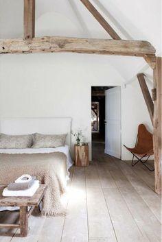 sol en parquet clair et une ambiance scandinave dans la chambre à coucher