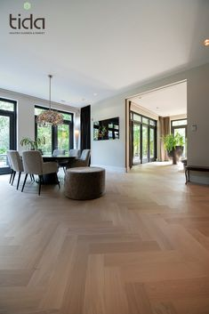 Dekoration Bauwerk Crema intérieur Parket sfeervol Tida Tilburg Visgraat WarmBauwerk Crema Visgraat in warm en sfeervol interieur Hardwood Floor Installation Cost, Hardwood Floors, Flooring, Floor Design, My New Room, Home Fashion, Home Interior Design, Home And Living, Home Remodeling