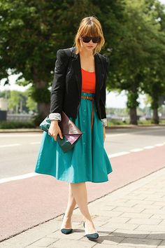 Two bold colors + black always looks stylish