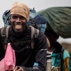 Vida de guia de montanha trabalhando com alegria e energia positiva faz toda a diferença!  Registro de @Gtarso_ durante a ascensão da Equipe na Expedição ao Kilimanjaro em 2015.  #GentedeMontanha #AltaMontanha #Montanhismo #Mountains #Africa #Kilimanjaro #SpotBR #GarminBrasil #Atletasgarmin #EueminhaDeuter #Deuter #makalu #Julbo #7S30M
