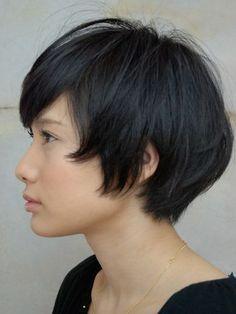 今回は、顔の形別に似合う黒髪ショートのヘアスタイルをたっぷり紹介していきたいと思います。今回も美容師の私が選んだフェイス別(丸顔と面長)の似合うヘアスタイルをご紹介しています。スッキリしたショートヘアはとてもオススメのヘアスタイルなので、是非参考にして挑戦してみてくださいね!黒髪ショート・ボブのオススメの髪型34選1.