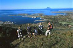 Det er noe eget ved å reise inn i nye og ukjente landskap sammen med gode venner. Med sykkel og ferge er det enkelt å la seg fortape i Helgelands idylliske havland av strender og vann, øyer og skjær, kirker og trehus. På denne turen har dere en behagelig base i Sandnessjøen og øyhopper hver dag utover til Alstahaug, Herøy og Dønna, tre av Helgelands fineste og mest innholdsrike områder å sykle i. Det tar bare tre dager å sanke tusen minner.