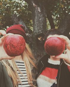 #girls #apples #fall #season #orchard #beanie #farm #photography #cute #friends #outfits