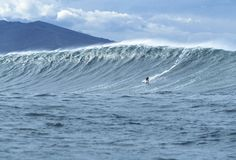 Belharra est une vague colossale et capricieuse déferlant que très occasionnellement au large de la côte basque, dans le sud-ouest de la France. Elle devient le cauchemar des navires ou le rêve des surfeurs les plus téméraires quand elle se réveille... Surfée pour la première fois en 2002, ce monstre d'eau est vite devenu célèbre dans le monde entier. Certaines années, elle ne déferle pas du tout.  #Belharra
