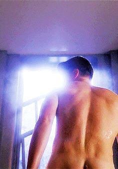 Matt Bomer sale de la ducha en 'American Horror Story'
