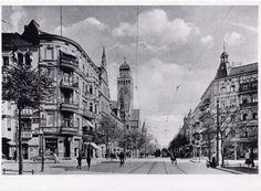 Die Sanierung der Karl-Marx-Straße wird noch bis 2021 dauern. Wir reisen in der Zwischenzeit durch die letzten zwei Jahrhunderte des einzigartigen Boulevards: Bilder von Konsum, Zerstörung und 'Musicke'.