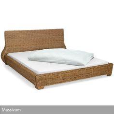 """Das Bett """"Kaza"""" von Massivum wurde aus Bananenblatt-Geflecht hergestellt und besitzt ein Hartholzgestell. Die Oberfläche wurde gebeizt. Matratze und Lattenrost…"""
