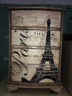 Veamos cómo darle un toque romántico a una vieja mesilla de madera con pintura y transfer.
