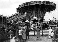 De kermis van Laren (N-H), Nederland 1929. Foto: Grote belangstelling voor de zweefmolen, die hoger en hoger zijn kettingzetels uitzwaait.