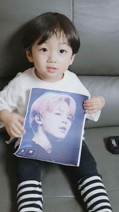 looks jimin as our son is beautiful so cute (olha. Jimin nosso filho e lindo tão fofo cute cute )❤😍 Father And Baby, Dad Baby, Cute Baby Boy, Cute Boys, Baby Kids, Cute Asian Babies, Korean Babies, Asian Kids, Cute Babies