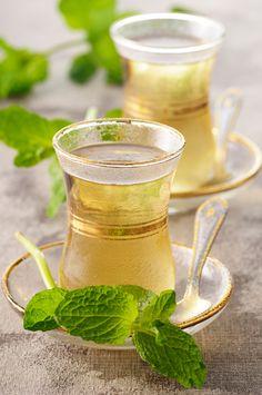 Conoce las propiedades medicinales de la menta:  1) El té de menta se recomienda para evitar la gripa y el resfriado; también es bueno para tratar sus síntomas. 2) El té de menta es un remedio natural para tratar el dolor de cabeza. También ayuda a disminuir los síntomas de estrés y tensión.